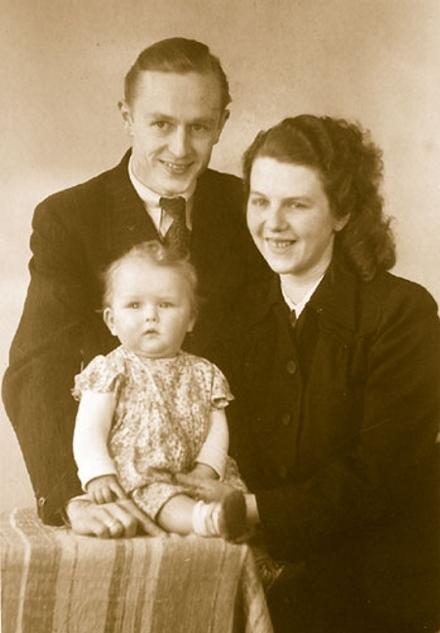 Ein Jahr später: Mein Ehemann und ich mit unserem ersten Kind 1946.
