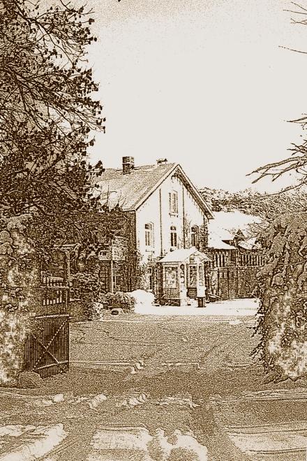 Das Gutshaus und das Hoftor in Altenrode im Harz.