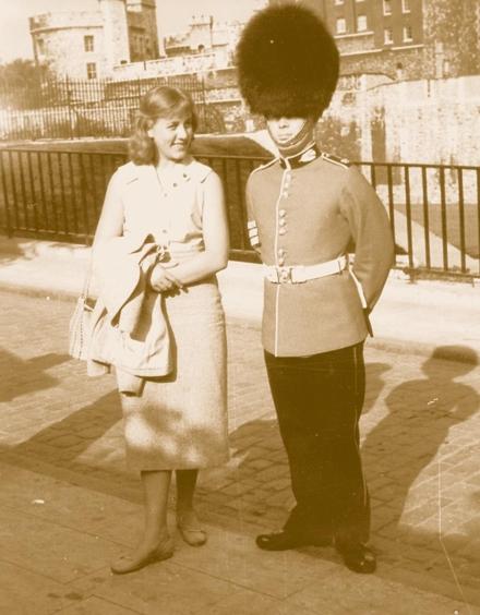 Dieses Foto von mir mit einem Bobby wurde bei einem Ausflug nach London aufgenommen.