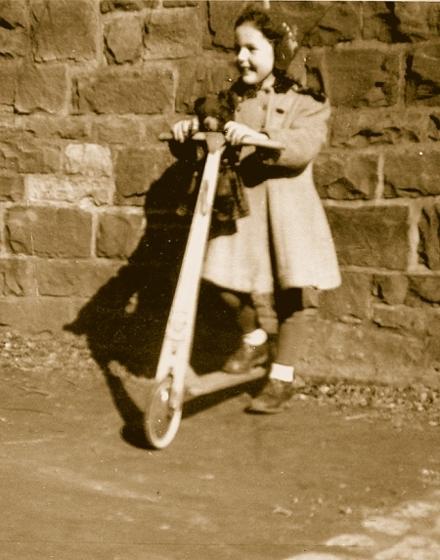 1949: Mein geliebter Teddy Ströppchen darf Roller fahren. Mein warmerTeddymantel auf dem Foto stammt wie er aus einem Carepaket ausAmerika.
