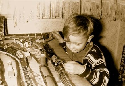Nur zu Weihnachten – wie hier 1964 – durfte ich mit meiner Märklin-Eisenbahn im Wohnzimmer spielen.