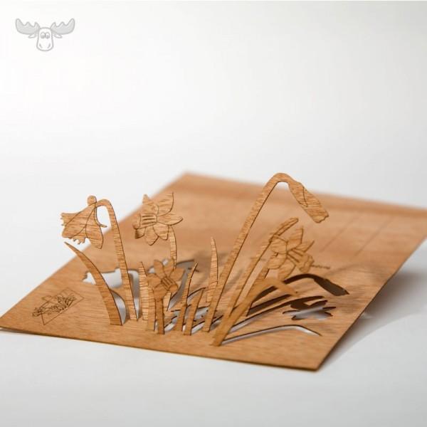 Holzpostkarte mit Osterglocken
