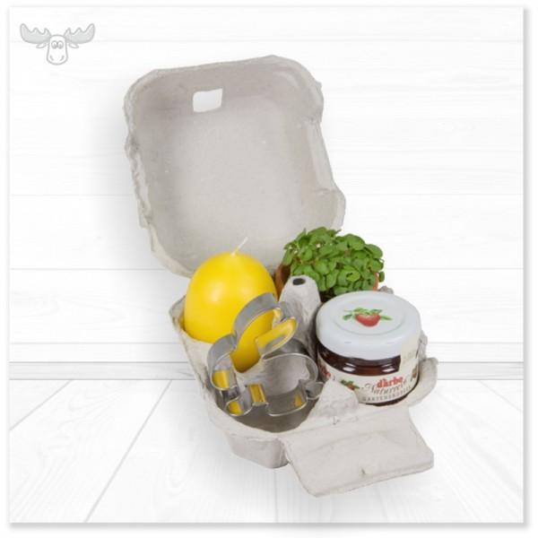 Eierkarton gefüllt mit Eierkerze, Tontöpfchen, Marmelade, Backförmchen oder Schoko-Hase