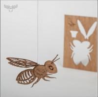 Postkarte aus Holz mit Biene zum Aufhängen