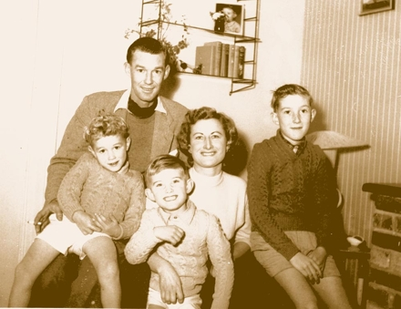 Meine englische Gastfamilie in Sussex am 1. November 1956: Mr. Wherry und Brian, Mrs. Wherry mit Peter und ganz rechts Keith.